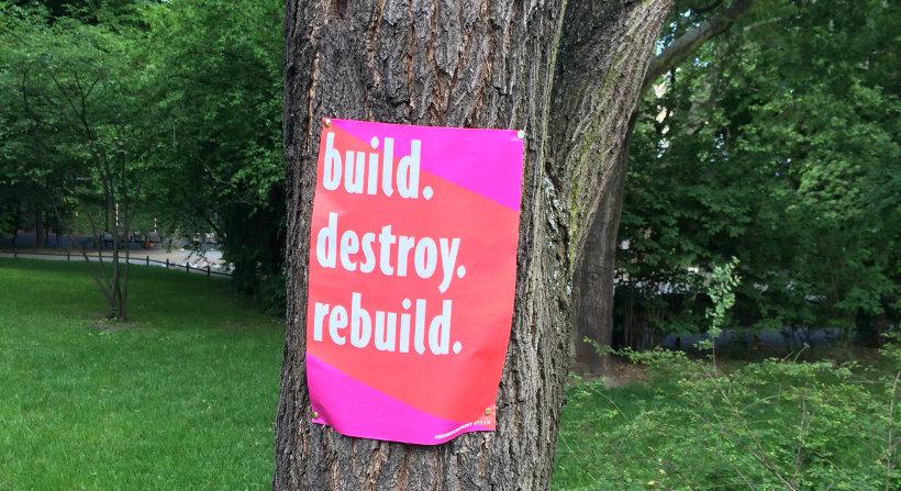 """Werbeplakat mit der Aufschrift """"build. destroy. rebuild."""""""