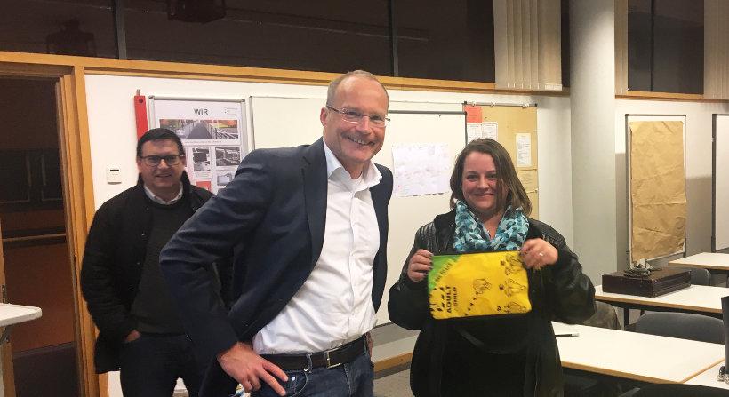 Wolfram Lehman, Prof. Dr. Michael Seidel und Tanja Worona mit Tasche von BAG TO LIFE