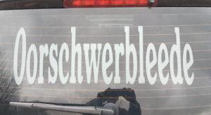 """Autorückscheibe mit Aufschrift """"Oorschwerbleede"""""""