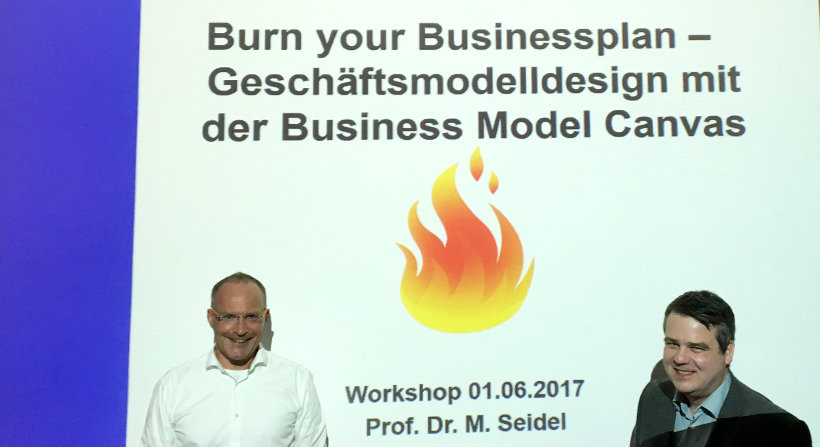 "Prof. Dr. Michael Seidel mit Robert Reppel beim Workshop ""Burn your Businessplan"""
