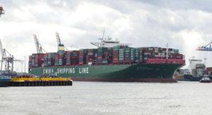 Schiffstanker im Hafenbecken