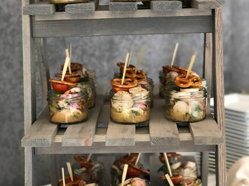 Bayerische Gläschen mit Weißwurst-Salat