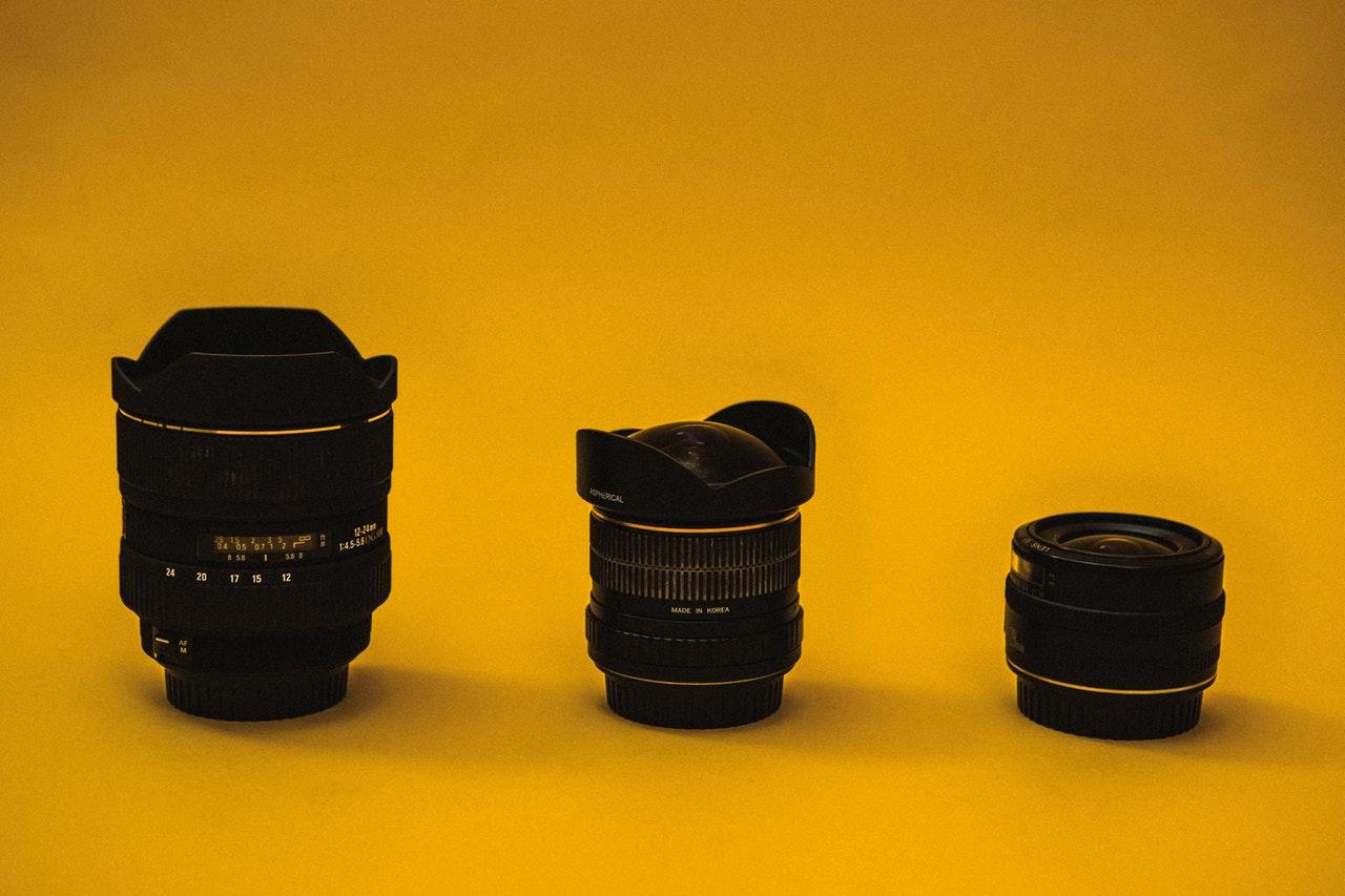 Kameraobjektive auf gelbem Untergrund